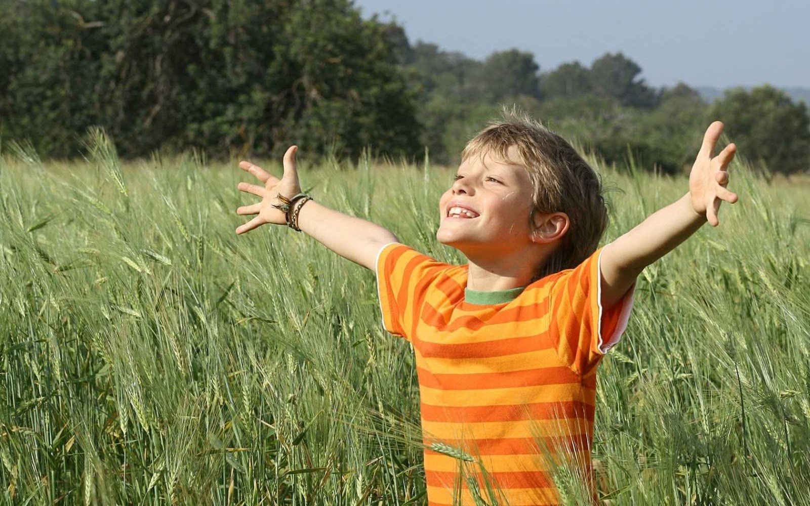 baby_boy_field_grass_54683_1680x1050_optimized.jpg